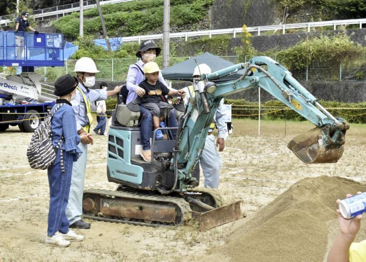 みんな大好き「働く車」 子ども対象に建設機械の操作体験 砥部町で初開催