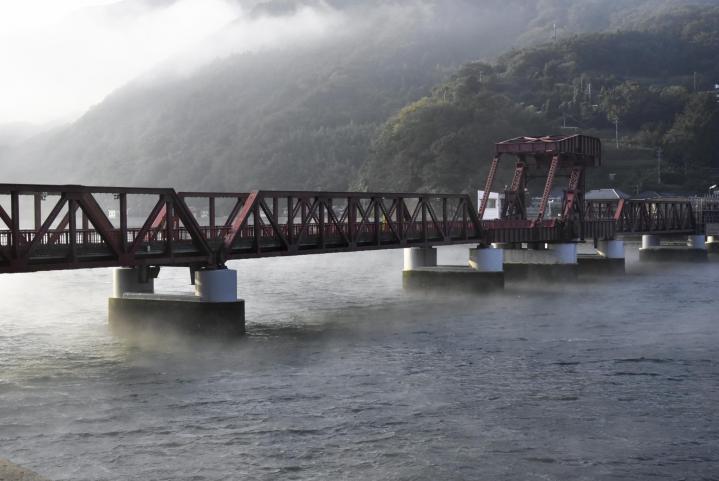 冬告げる「肱川あらし」 大洲で今季初観測 河口まで流れる真っ白な霧